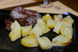 Filetto ai ferri contornata di patate arrosto