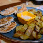 Tagliata di pollo con salsa rosa e patate arrosto